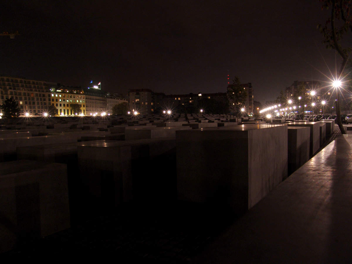 Monument-to-the-Murdered-Jews-of-Europe-at-night-1336982521_361